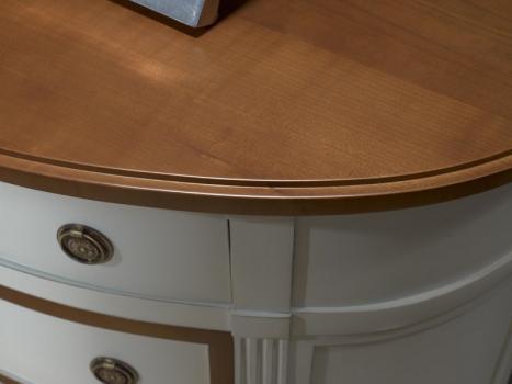 Cómoda de 3 cajones fabricada en madera de cerezo macizo al estilo Luis XVI
