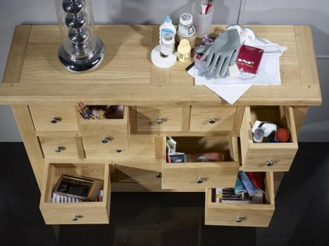 Cómoda Cédric con 12 prácticos cajones fabricada en madera de roble macizo estilo Rústico