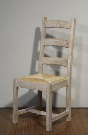 Silla Renaud fabricada en madera maciza de roble blanqueado estilo rústico acabado cepillado