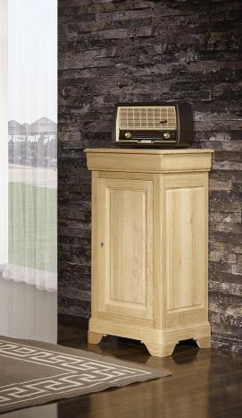 Armario pequeño Loïc fabricado en madera de roble macizo al estilo Louis Philippe con acabado de roble natural cepillado.