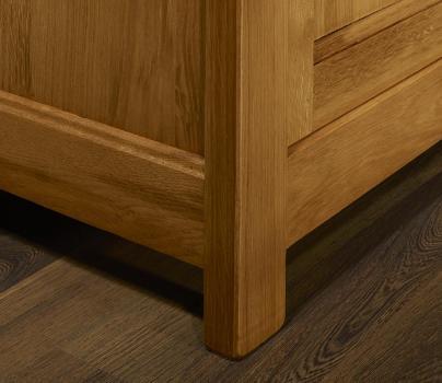 Aparador de 2 puertas y 2 cajones fabricado en madera de roble macizo al estilo Louis Philippe