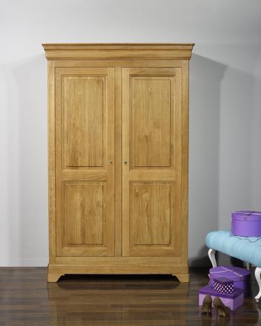 Armario Stéphane de 2 puertas fabricado en madera de roble macizo en estilo Louis Philippe