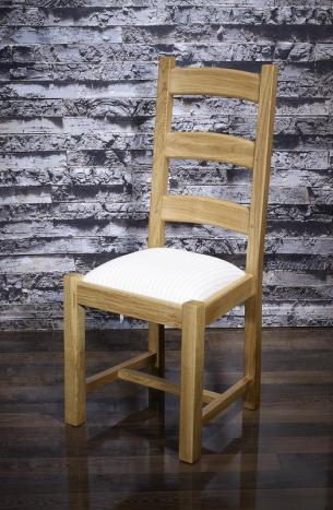 Silla Theo fabricada en madera maciza de roble estilo rústico asiento de tela