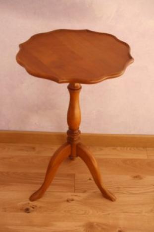 Pedestal Camille fabricado en madera maciza de cerezo de estilo Louis Philippe