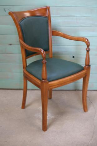 Sillón Marisa fabricada en madera de cerezo macizo estilo Louis Philippe