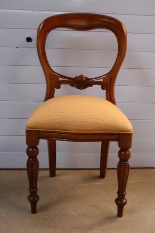 Silla fabricada em madera maciza de haya Tallada a mano asiento en tela color crudo