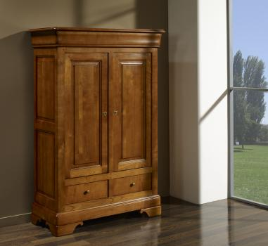 Aparador Nadine 2 puertas y 3 cajones fabricado en madera de cerezo macizo al estilo Louis Philippe