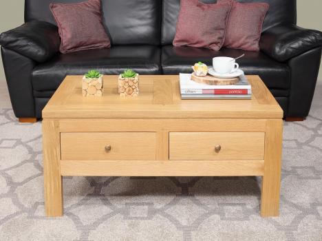 Mesa de centro Adam fabricada en madera de roble macizo de estilo contemporáneo