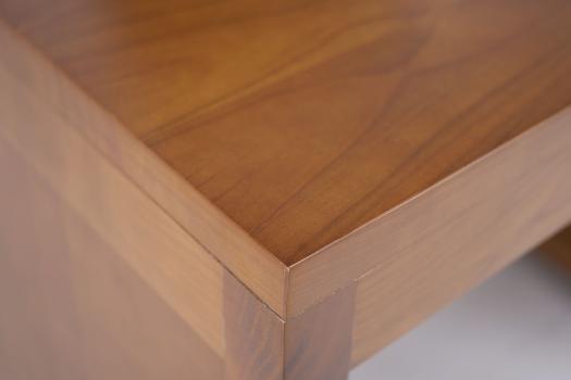 Escritorio fabricado en madera de cerezo en estilo Contemporáneo