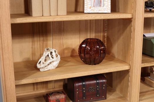 Biblioteca Naël de 6 puertas fabricada en madera de Roble Macizo estilo Directoire con acabado en Roble Natural Cepillado.