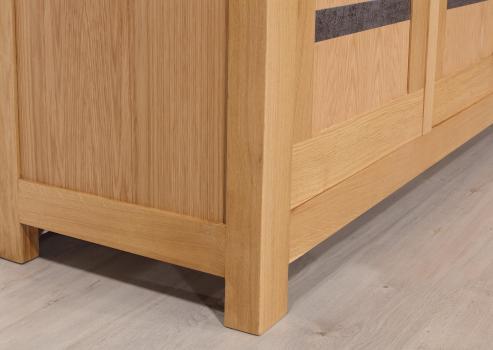Aparador Clémence fabricado en madera de roble macizo de 4 puertas y 2 cajones en estilo Contemporáneo