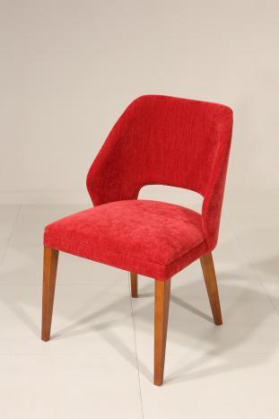 Silla Nina de asiento y respaldo tapizados  con patas fabricadas en madera de cerezo macizo de estilo contemporáneo